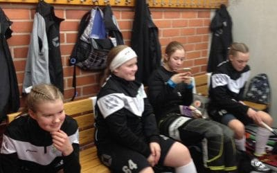 B-tytöt ovat lähellä playoff-karsintapaikkaa. Karsintapaikan varmistaminen jätettiin kuitenkin kotiyleisön eteen.