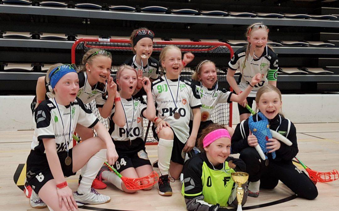 FB Factorin E-tyttöjen Carelia joukkue voitti pronssia Särkänniemen Salibandy Cupissa.