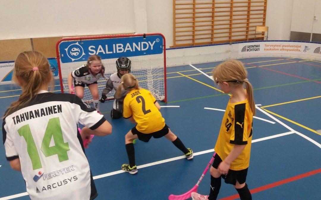 F-tyttöjen kauden ensimmäinen vieraspelimatka suuntautui Kuopioon Welhojen vieraaksi.